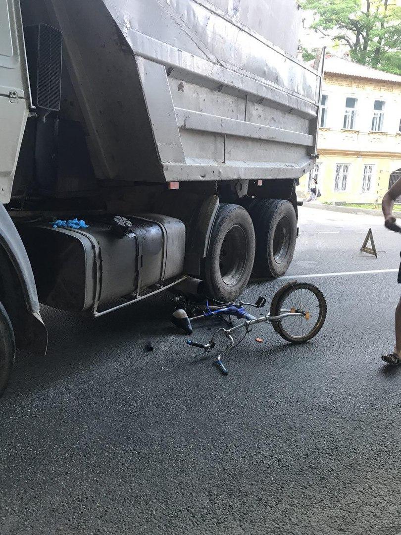 Фото ДТП в Ставрополе: «КамАЗ» сбил велосипедиста