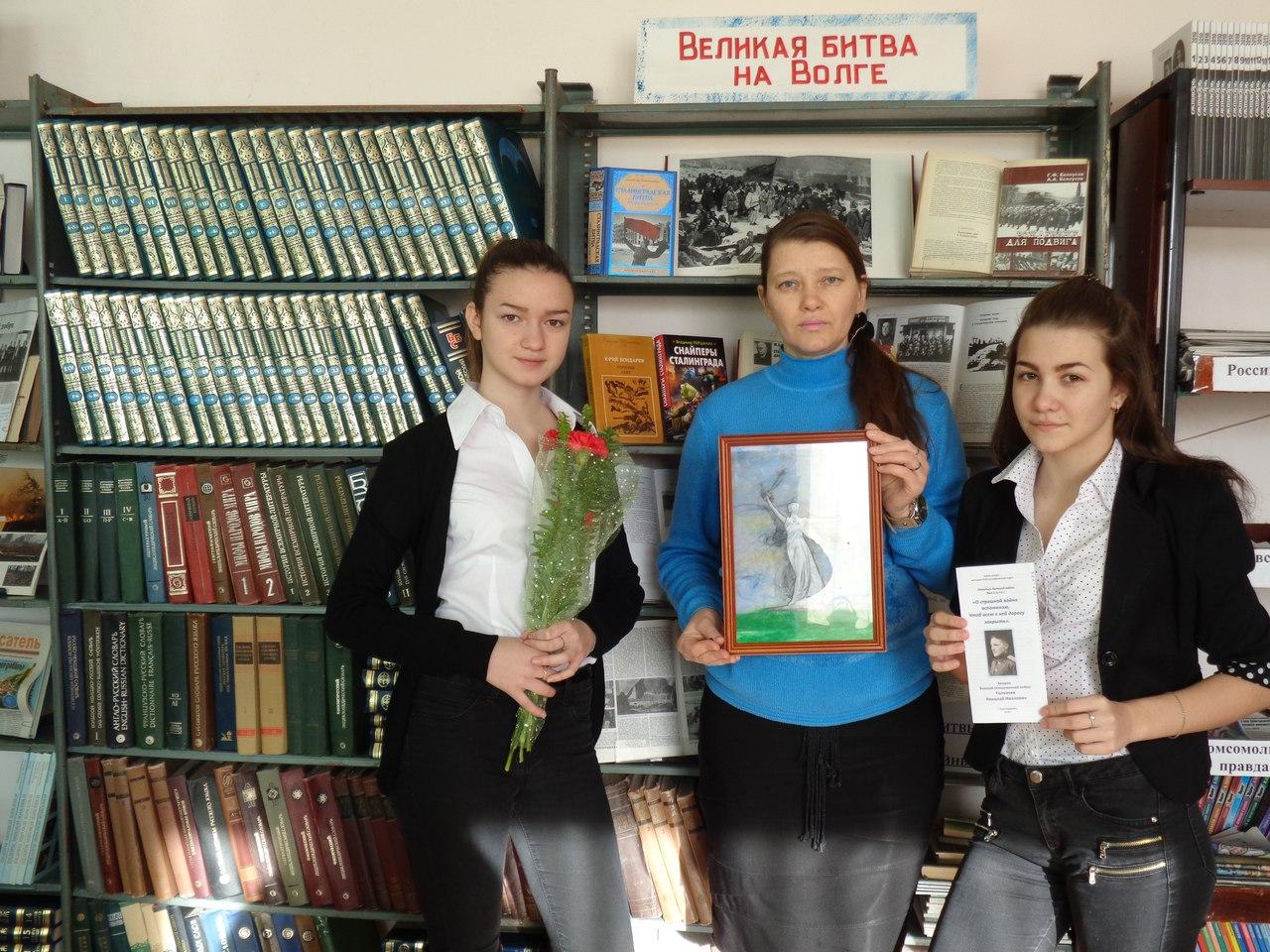 Юные волонтёры преподнесли также герою Сталинградской битвы букет алых гвоздик как символ уважения и благодарности за его ратный подвиг во имя жизни на земле
