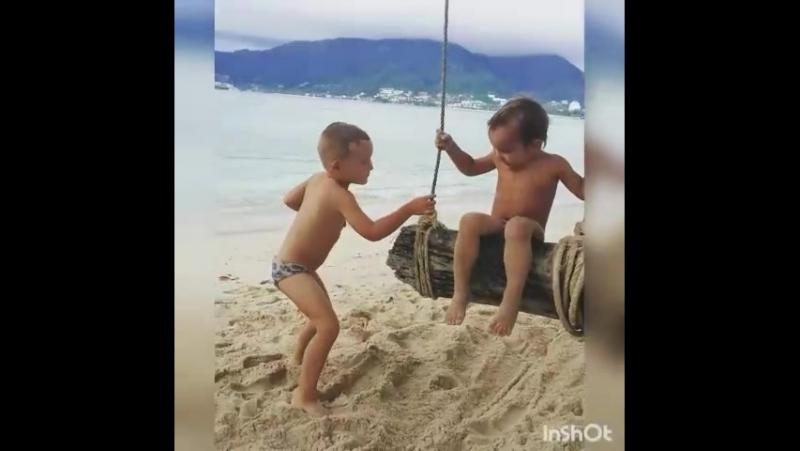 Видео парень дрочит на пляже поискать