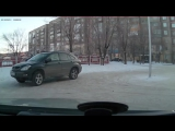 Девочка из школы едет домой за рулём машины
