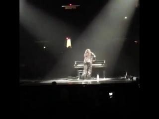 More No show de ontem, o elevador falhou na hora de descer o piano do palco e a Demi teve que empurrá-lo.