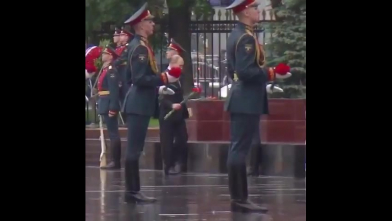 Владимир Путин отказался от зонта на церемонии возложения венков к могиле Неизвестного Солдата