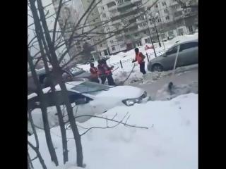 Уроки танцев от дворников во время уборки парковочных карманов у м. Пятницкое шоссе