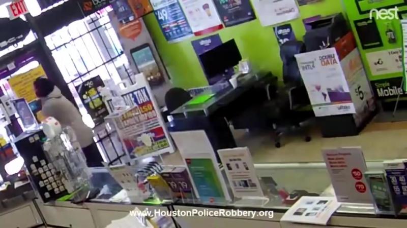 Грабитель умолял выпустить его из магазина после преступления.