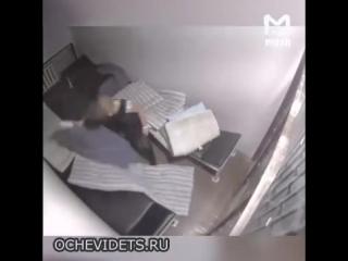 Девушка сломала ногу, пытаясь выбить дверь