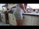 Жена моряка моет посуду сверкая сексуальной попкой