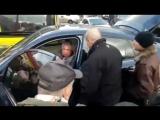 Киевляне избили водителя BMW X6, который парализовал движение трамваев на Лукьяновке.