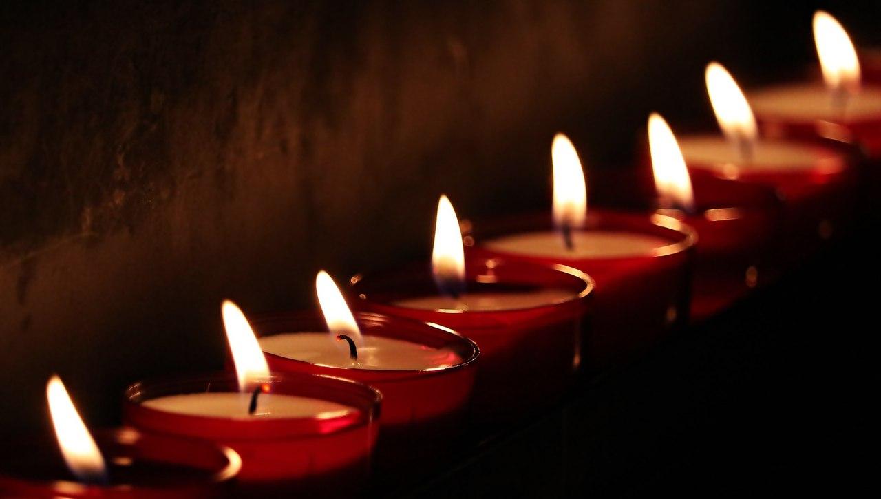Цветы и свечи погибшим фото