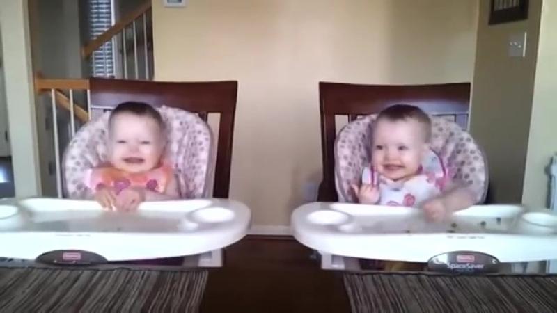 Реакция двойняшек на любимую песню :)