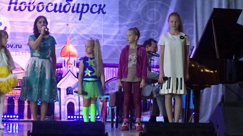 Лиза на творческой встрече с композитором Александром Ермоловым.