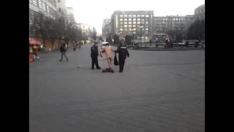 Прикройте ему х**й здесь же дети Пьяный голый дрочит на ментов Харьков Южный Вокзал
