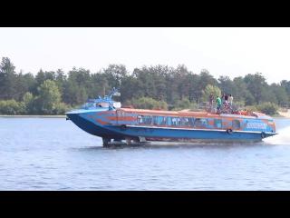 Скоростной теплоход на подводных крыльях Полсся демонстрирует свой быстрый ...