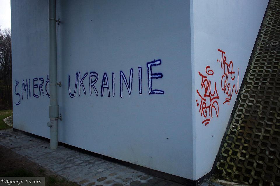 Навъезде вВаршаву неизвестные нанесли надпись «Смерть Украине» (Фото)