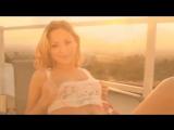 Горячая блондинка показывает свою большую роскошную грудь и играет с собой пальчиком (не порно)