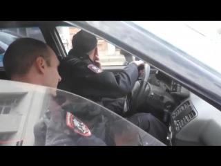 Красноярских полицейских застукали с пивом