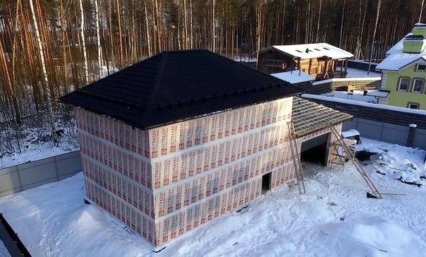 Продолжаем монтаж кровли дома #ультрасип_свердлова 👍👍👍 Это тот самый дом с панелями толщиной 324мм в чердачном перекрытии 💪 Параллельно смонтированы гаражные подъемные ворота с электроприводом: