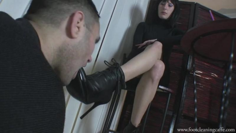Mistress Mia Foot Cleaning Cafe Femdom раб вылизывает ножки в кафе slave licking feet Foot fetish Фут-фетиш