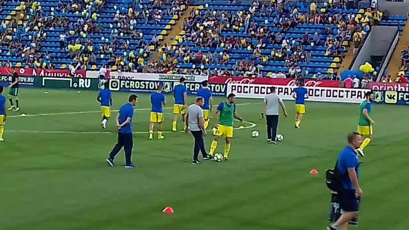 Вышли теперь и игроки на поле для пред матчевой разминки 23/07/17