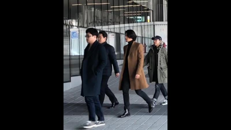 03.12.17 Хён Бин на стадии приветствия фильма Мошенники в Пусане