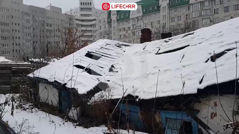 80-летняя бабушка живет в центре города среди дорогих высоток в избушке, наполовину ушедшей под землю