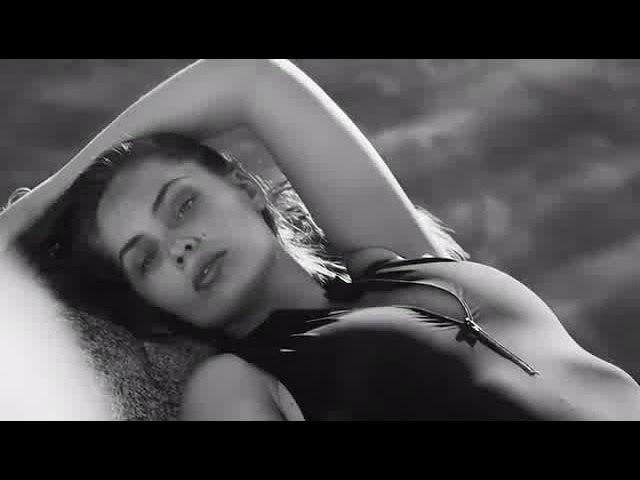 Marie-Ange Casta sensuelle et sexy en bikini sur une plage de Corse
