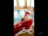 Пока город наполняется предновогодней🎄😖 суетой и🚗🚖 пробками, Дед Мороз🎅 отдыхает у нашего бассейна и пьёт протеиновый🍹 смузи от