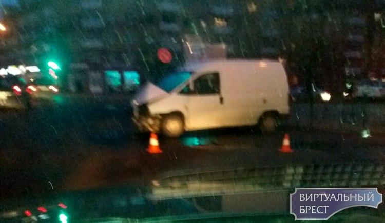 Утреннее ДТП на перекрёстке бульвара и Гоголя - VW оказался на тротуаре