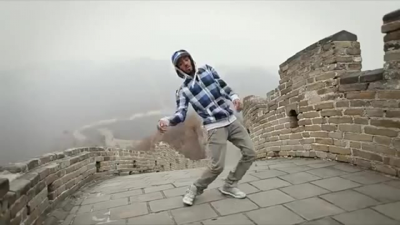 Парень круто танцует под Dubstep китай