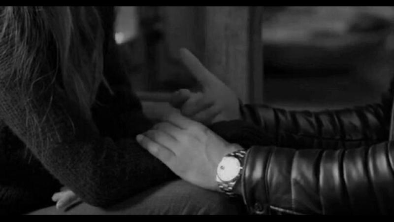 Elini kolunu hareket edince bari kızın kolunu bırak be adam