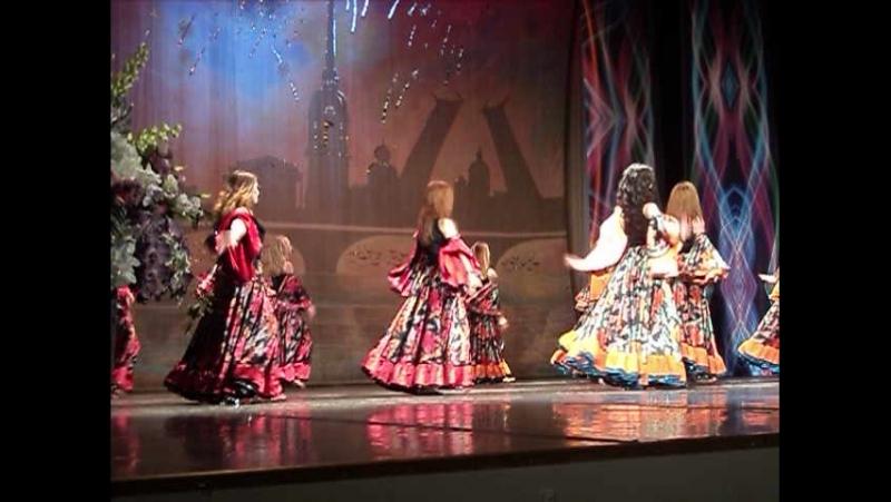 Танцует молодежь из Санкт-П-га на фестивале Хоровод друзей