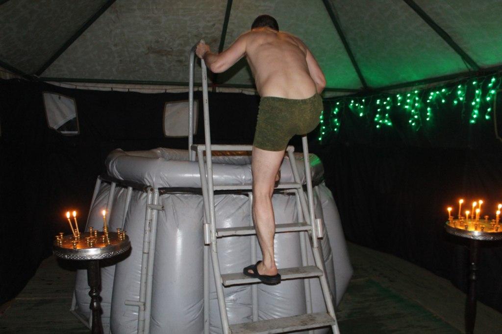 Священник луганского храма провел обряд водосвятия в полевом храме Народной милиции