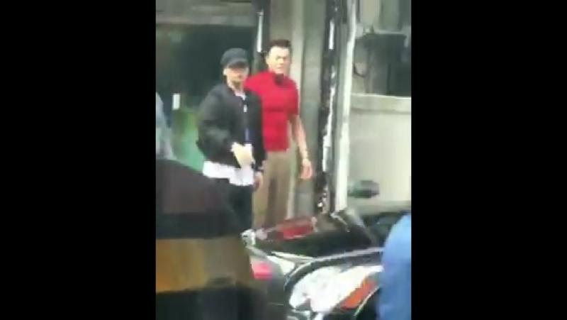13.10.2017 | Сынри с Ян Хенсоком и Пак Джиненом замечены возле здания JYP.