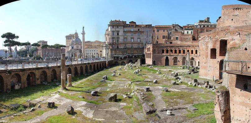 Панорама форума и рынка Траяна, фото из личного архива. Видна так же колонна Траяна