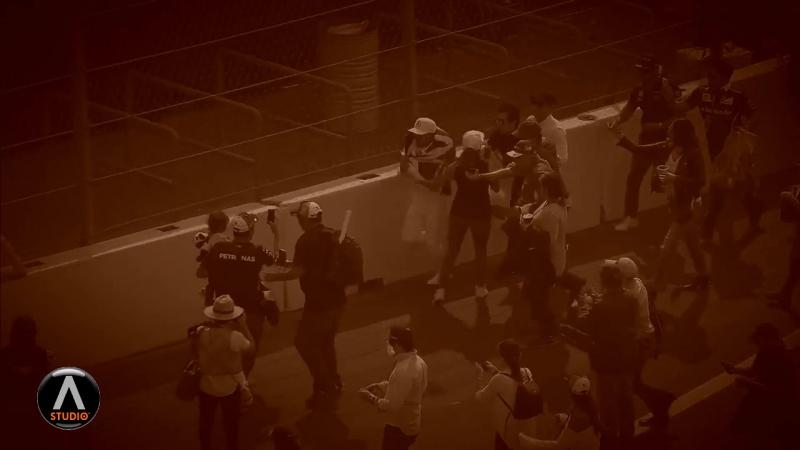 Льюис Хэмилтон убигает от толпы Зомби