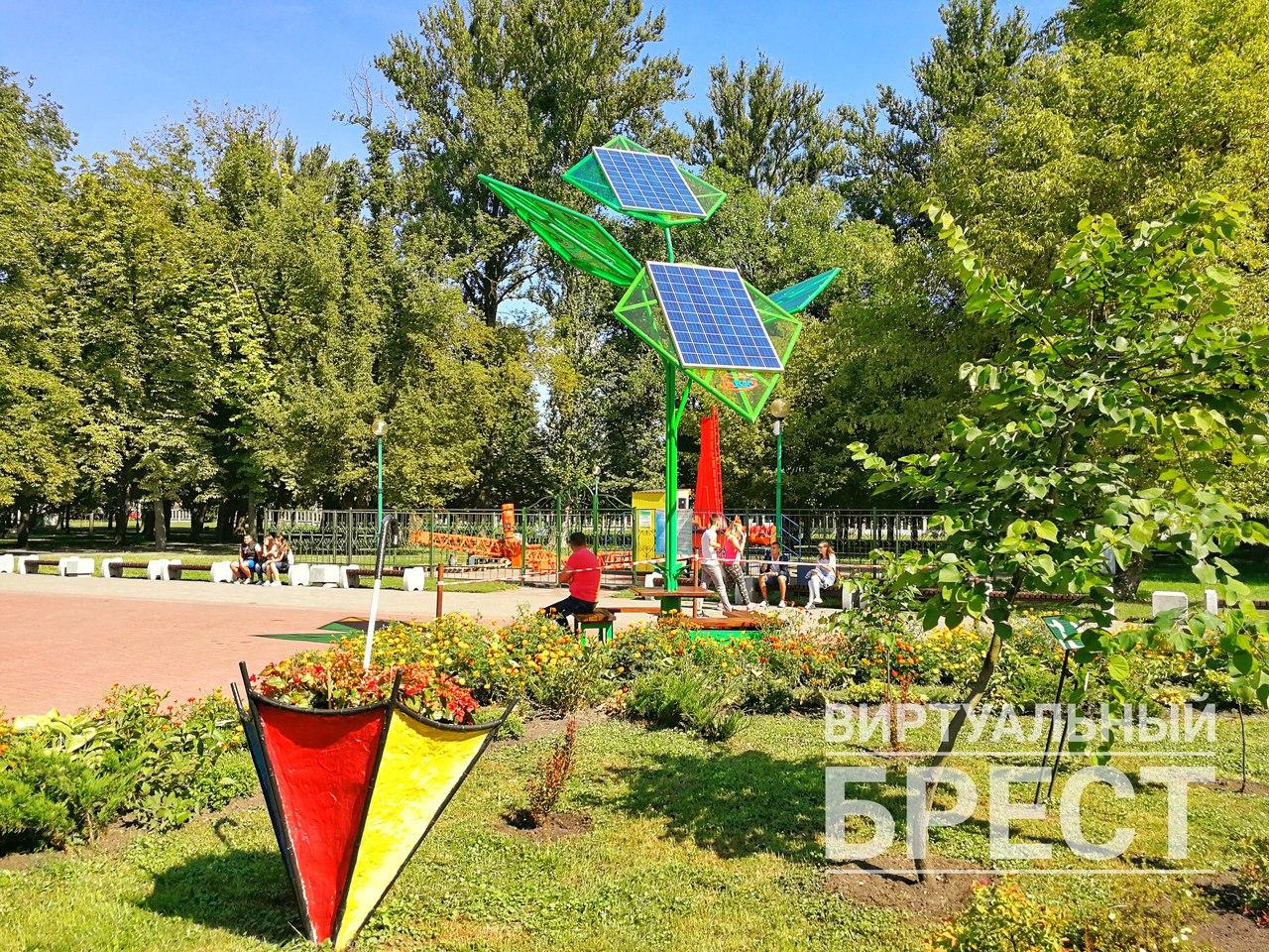 """""""Солнечное дерево"""" для зарядки мобильных телефонов появилось в Брестском парке"""