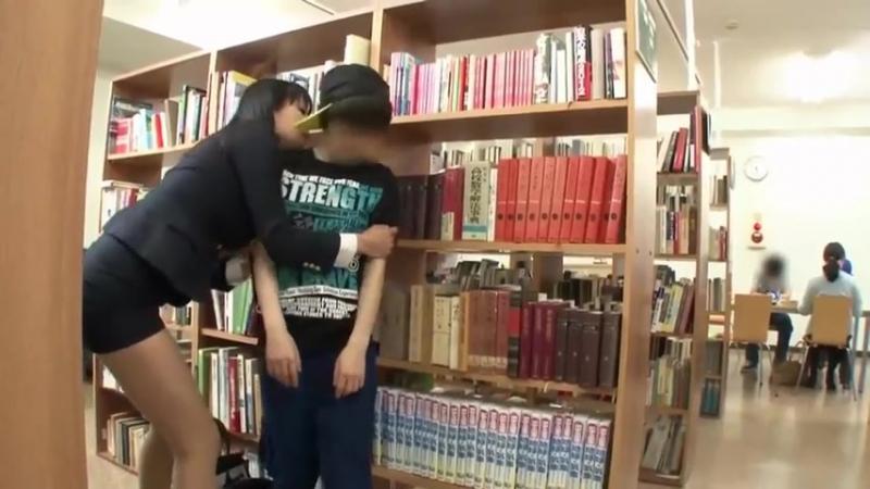 Библиотекарша изнасиловала мальчика подростка _ Зрелая женщина занялась сексом с