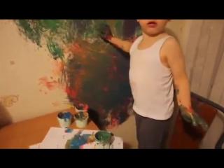 Ребёнок нарисовал на стене автомобиль