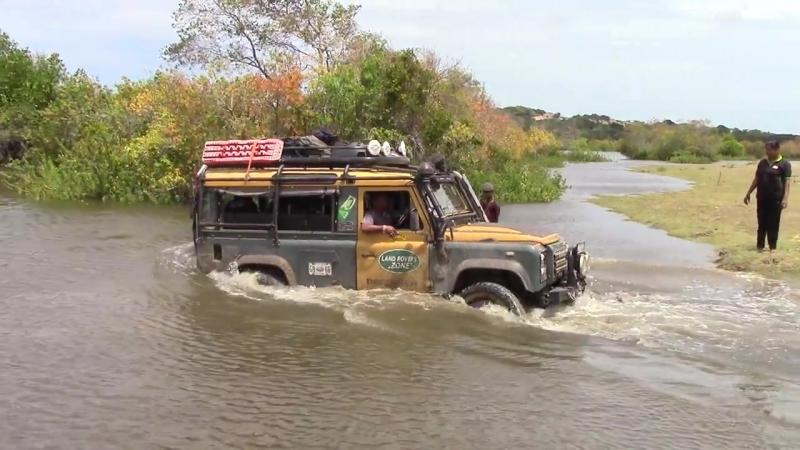 Ленд-Ровер долає водну перешкоду.