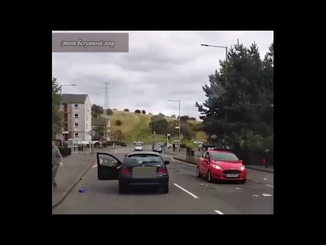 Женщина громит автомобиль бойфренда