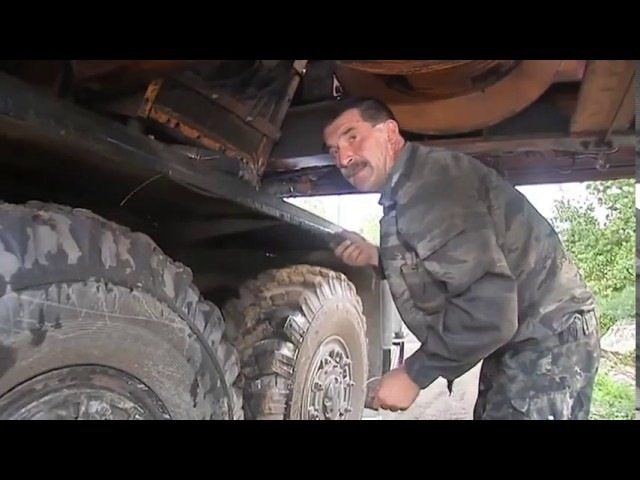 Дядя Вова ремонтирует кран