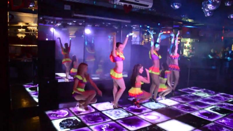 Девушки в коротеньких юбочках танцуют в клубе go-go