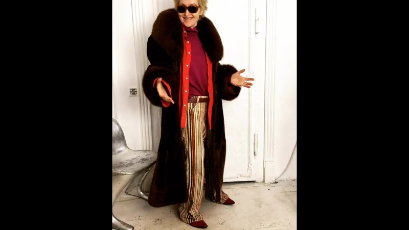Длинная шуба из натурального меха мутон коричнево рыжего цвета 52 размер 10 000₽ вельветовые брюки 48 размер 1000₽ бордов