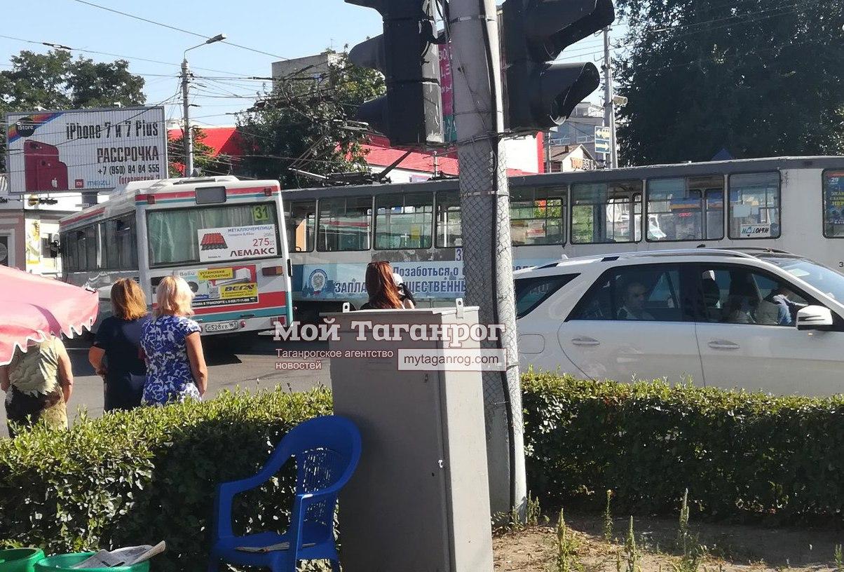 В центре Таганрога дорогу не поделили автобус и трамвай