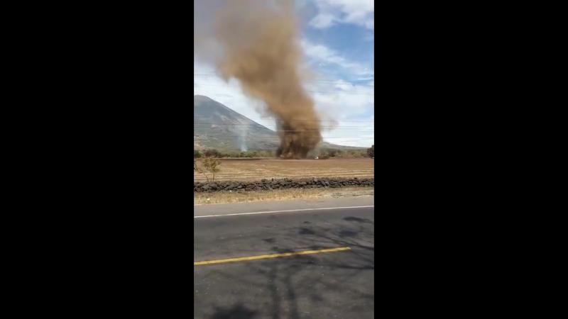 Пыльный вихрь возле вулкана Сан Мигель Сальвадор 16 января 2018
