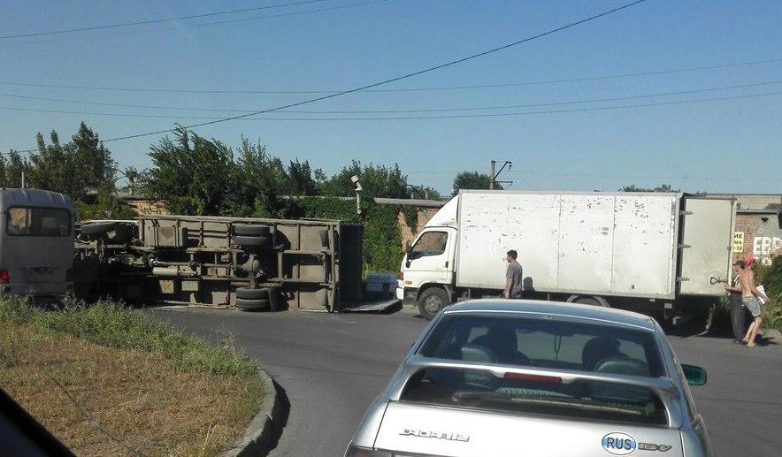 В Таганроге на улице Котлостроительной перевернулся Hyundai Porter