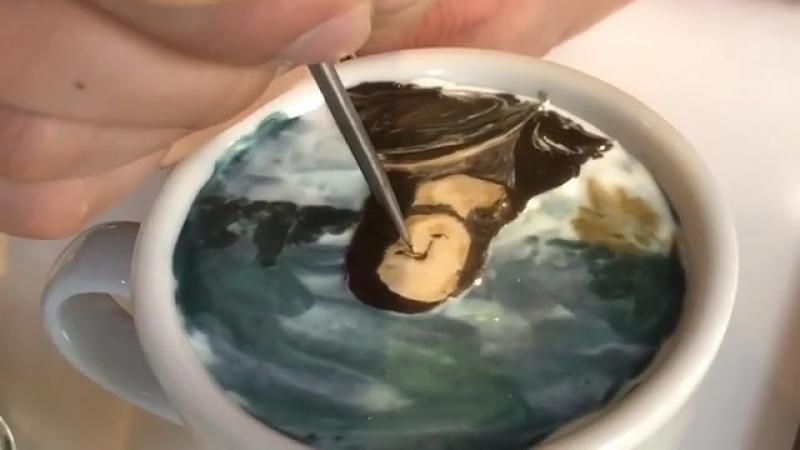 Бариста из Сеула рисует на молочной пенке в чашке кофе