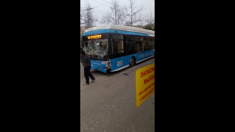 Последствия ДТП между троллейбусом VS эскаватором