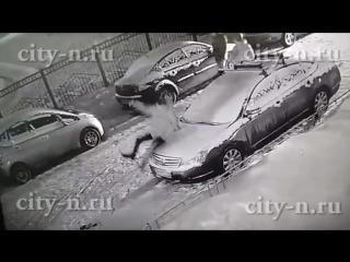 Новоильинские малолетки прыгали по машинам и фотографировались