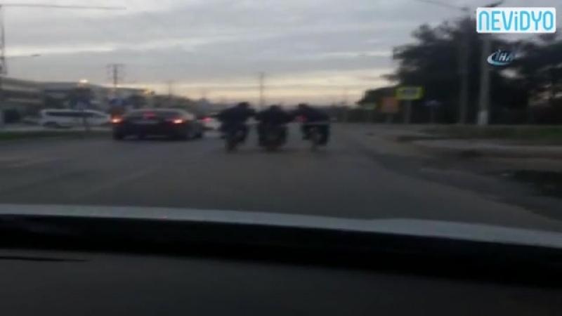 Bisiklet sürmekten yorulunca motosikletten destek aldılar