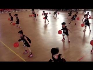 Вот так в китайском Ханчжоу дети детских садов сдают экзамен по баскетболу в конце года!